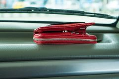 Borsa rossa sul cruscotto in automobile immagini stock
