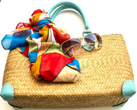 Borsa, sciarpa ed occhiali da sole su fondo bianco Immagini Stock