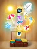 Borsa turistica con le icone variopinte ed i simboli di estate Immagine Stock