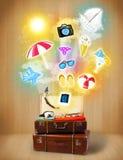 Borsa turistica con le icone variopinte ed i simboli di estate Immagini Stock