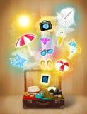 Borsa turistica con le icone variopinte ed i simboli di estate Fotografia Stock Libera da Diritti