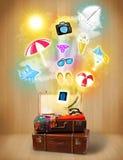 Borsa turistica con le icone variopinte ed i simboli di estate Fotografie Stock Libere da Diritti