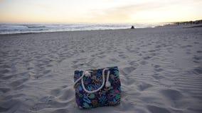 Borsa turistica su una sabbia bianca della spiaggia in Minorca Fotografia Stock