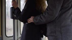Borsaiolo che ruba telefono da una tasca del ` s della donna in tram o bus video d archivio