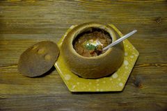 Borsch στο πιάτο φιαγμένο από ψωμί Στοκ Φωτογραφίες