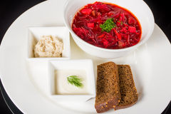 Borsch avec le fraiche, le saindoux et le pain de crème Images stock