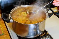 Borsch avec le potage aux légumes d'ail sur le panneau de plat en bois du côté gauche Image stock
