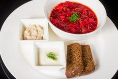 Borsch con fraiche, manteca de cerdo y pan de la nata Imagenes de archivo