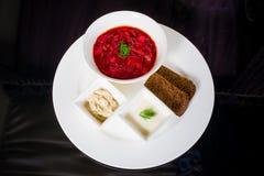 Borsch con fraiche, manteca de cerdo y pan de la nata Fotografía de archivo