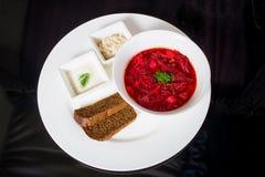 Borsch con fraiche, manteca de cerdo y pan de la nata Imagen de archivo