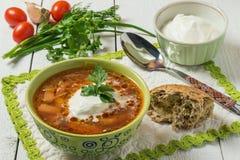 Borsch, crema agria y verduras frescas fotos de archivo libres de regalías
