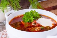 Borsch, minestra da una barbabietola, carne e cavolo con salsa al pomodoro Immagine Stock
