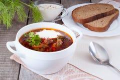 Borsch, minestra da una barbabietola, carne e cavolo con salsa al pomodoro Fotografie Stock Libere da Diritti