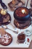Borsch ruso en el pote Fotos de archivo libres de regalías