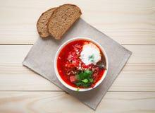 Borsch tradizionale ucraino Minestra rossa vegetariana russa in ciotola bianca Immagine Stock Libera da Diritti