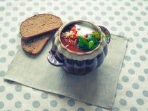 Borsch tradizionale ucraino Minestra rossa vegetariana russa in ciotola bianca Fotografie Stock Libere da Diritti