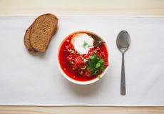 Borsch tradizionale ucraino Minestra rossa vegetariana russa in ciotola bianca Immagine Stock