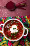 Borsch tradizionale ucraino Minestra rossa vegetariana russa in ciotola bianca su fondo di legno rosso Vista superiore Borscht, s immagini stock
