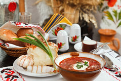 Borsch ukrainien, potage de rouge-betterave avec le pampushki, La Image stock