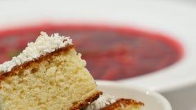 Borsch vermelha com carne na placa Um borscht vermelho delicioso com creme de leite e ervas em uma placa branca Ucraniano tradici Fotos de Stock