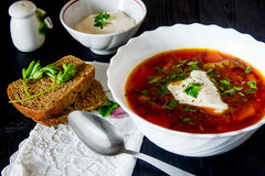 Μεγάλο κύπελλο του borscht με την ξινά κρέμα και τα χορτάρια Στοκ Φωτογραφία