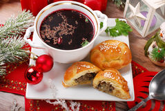 Borscht e pasticcerie rossi per la notte di Natale Immagini Stock Libere da Diritti