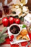 Borscht e pasticcerie rossi per la notte di Natale Immagini Stock