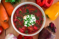 borscht Rote Suppe in der Schüssel mit dem Sauerrahm, lokalisiert auf hölzernem Hintergrund Nahaufnahme Beschneidungspfad eingesc lizenzfreies stockbild