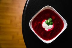 borscht Rote Suppe in der Schüssel mit dem Sauerrahm, lokalisiert auf hölzernem Hintergrund Nahaufnahme Draufsicht, Gemüse, Veget lizenzfreie stockfotografie