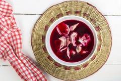 Borscht rouge avec des boulettes Photo stock