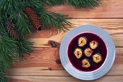 Borscht rouge polonais avec des boulettes Photographie stock
