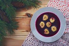 Borscht rouge polonais avec des boulettes Images stock