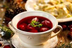 Borscht, sopa de remolachas con las pequeñas bolas de masa hervida con la seta que rellena en un cuenco de cerámica Plato tradici Fotografía de archivo