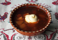 Borscht ucraniano con crema agria Foto de archivo libre de regalías