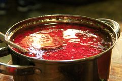 Borscht ucraniano tradicional Rojo ucraniano del Borsch en cacerola con la cucharada Imagen de archivo libre de regalías