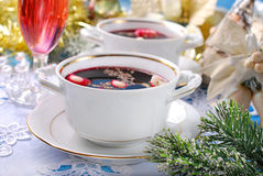Borscht y bolas de masa hervida rojos para la Nochebuena Foto de archivo libre de regalías