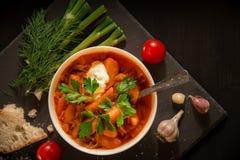 Borschtsoep, brood en groenten op een lijst van donker hout Royalty-vrije Stock Foto's