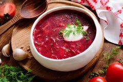Borschtsuppe in der weißen Schüssel mit Sauerrahm Stockfotografie