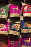 Borse colorate di lana e di cuoio che appendono al mercato di Cusco, Perù Fotografia Stock Libera da Diritti