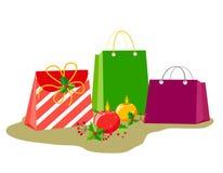 Borse con i regali e la decorazione per le feste del nuovo anno o di Natale Candele brucianti rotonde con le bacche e le foglie d illustrazione di stock