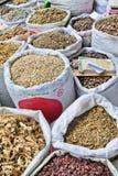 Borse con le erbe sul mercato della medicina e di erbe, Xian, Cina Fotografia Stock Libera da Diritti