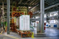 Borse con produzione chimica sul trasportatore ad area d'imballaggio alla fabbrica chimica Fotografie Stock Libere da Diritti