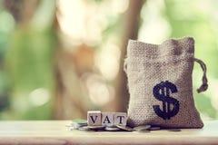 Borse dei soldi ed IVA di reddito annuo di paga per l'anno su legno Usi fotografie stock