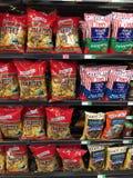 Borse della patatina fritta su esposizione in un supermercato immagine stock libera da diritti