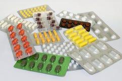 Borse delle pillole di colore su una tavola bianca Fotografia Stock Libera da Diritti