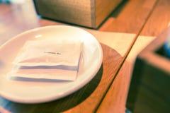 Borse dello zucchero sul piatto bianco Fotografia Stock