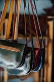 Borse di cuoio e borse autentiche del ` s delle donne in un negozio fatto a mano Immagine Stock Libera da Diritti