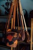 Borse di cuoio e borse autentiche del ` s delle donne in un negozio fatto a mano Fotografia Stock