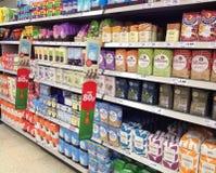 Borse di farina su uno scaffale di ipermercato Immagini Stock Libere da Diritti