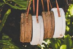 Borse di Rattang che appendono su un albero tropicale Isola di Bali Materiale organico Ecobag immagini stock libere da diritti
